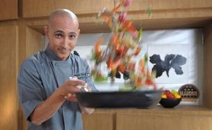 צ'רלי פדידה במטבח (צילום: שמעון מלול)