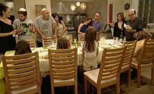 המשפחה בקידוש (תמונת AVI: mako)