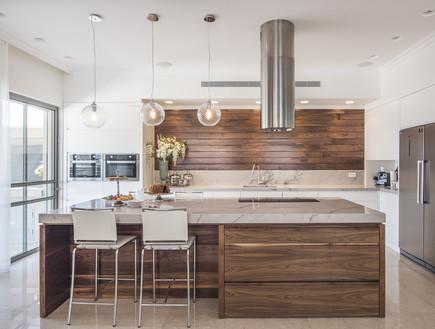 פריפריה02, עץ אגוז הוא מוטיב חוזר בעיצוב הבית