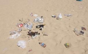 לכלוך בחוף פולג (צילום: חדשות 2)