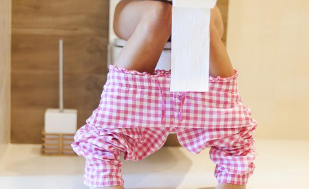 אישה בשירותים (צילום: gpointstudio, Shutterstock)