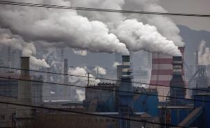 עשן ממפעל פלדה בסין (צילום: Kevin Frayer, GettyImages IL)