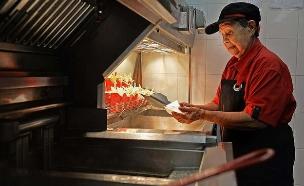 העובדת הכי מבוגרת של מקדונלד'ס (צילום: DESMOND FOO, צילום מסך)