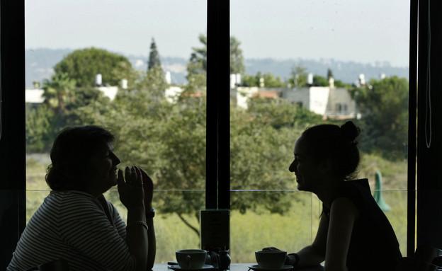 שתי נשים שותות קפה במבשרת ציון (צילום: מיכל פתאל, פלאש 90)