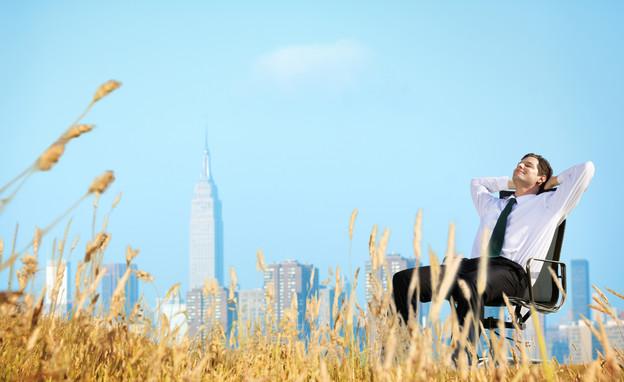 איש עסקים יושב בשמש (אילוסטרציה: Shutterstock)
