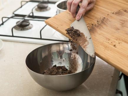 קאפקייקס בנופי - מעבירים את השוקולד הקצוץ לקערה