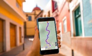 אפליקציית תיירות (צילום: RossHelen, Shutterstock)