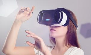 צעירה משחקת בסימולטור (אילוסטרציה: Shutterstock)