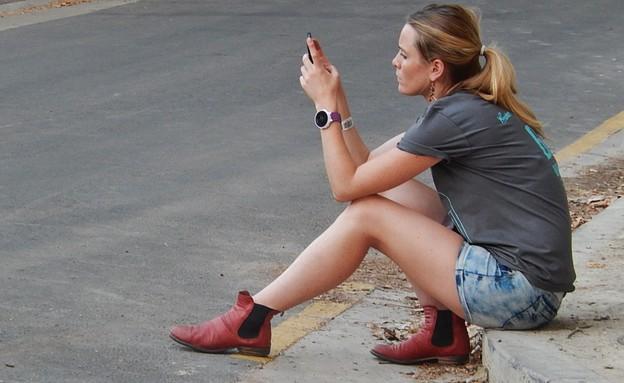 אישה עם סמארטפון (צילום: Communicating from the Gutter, Michael Coghlan, Flickr)