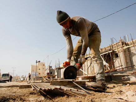 עובדים זרים ופלסטינים בקבוצת סיכון (צילום: פלאש 90, עבד רחמים קטיב)