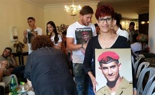 """אמו של בניה ז""""ל בסלון ביתה, היום (צילום: עזרי עמרם, חדשות 2)"""