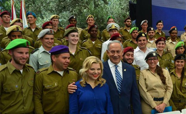 """ביבי ושרה עם החיילים המצטיינים בתום הטקס בבית הנשי (צילום: קובי גדעון/ לע""""מ)"""