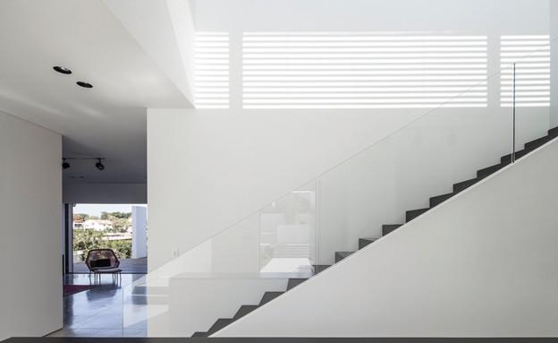 סטודיו לוי חמיצר 05, גרם המדרגות והקיר הנמוך שתוחם את מהלכו (צילום: עמית גירון)