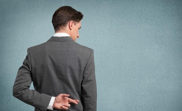 איש מחזיק אצבעות מאחורי הגב (אילוסטרציה: Shutterstock)