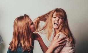 שתי בנות רבות (צילום: Shutterstock, מעריב לנוער)