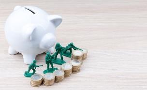 חיילי צעצוע שומרים על קופת חיסכון (אילוסטרציה: Shutterstock)