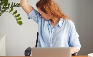 אישה מריחה בית שחי (צילום: WAYHOME studio, Shutterstock)
