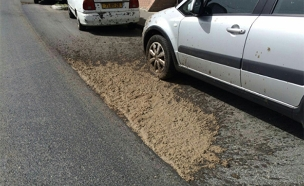החומר שדלף על הכביש, הבוקר (צילום: כבאות והצלה ירושלים)