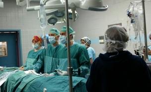 שידור ישיר מחדר הניתוח (צילום: חדשות 2)