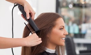 החלקת שיער (צילום: Shutterstock, מעריב לנוער)