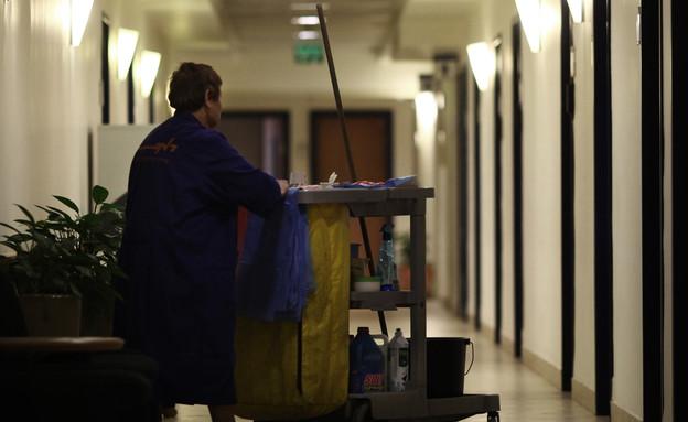 עובדת ניקיון במשרד האוצר בירושלים (צילום: קובי גדעון לפלאש 90)