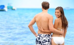 אישה וגבר מחובקים בים (אילוסטרציה: Shutterstock)
