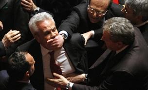 צפו: אלימות גועשת בבתי הנבחרים בעולם (צילום: רויטרס)