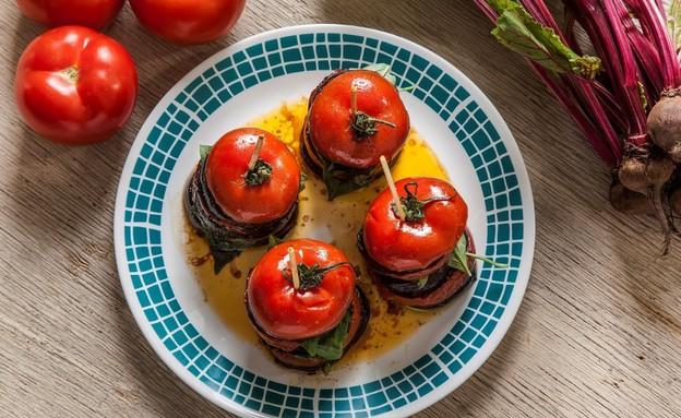 עגבניות וחצילים צלויים עם בזיליקום (צילום: אפיק גבאי, סטיילינג: דיאנה לינדר)