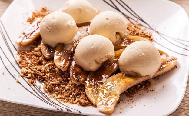בננות מקורמלות עם קראמבל קשיו ועוגיות לוטוס (צילום: אפיק גבאי, סטיילינג: דיאנה לינדר)