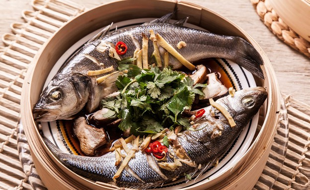 דג שלם מאודה בסויה, ג'ינג'ר, שום, צ'ילי ולמון גרוס (צילום: אפיק גבאי, סטיילינג: דיאנה לינדר)