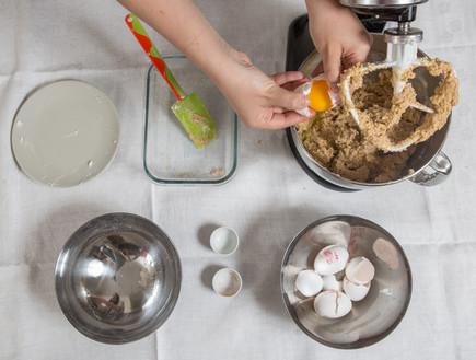 עוגת שקדים - מוסיפים את הביצים