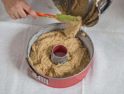 עוגת שקדים - מעבירים את הבלילה לתבנית