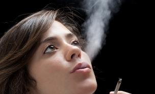 מעשנת קנאביס (צילום: Shutterstock/mrkornflakes)