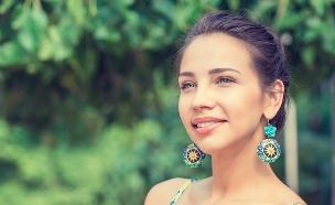 צעירה מחייכת (צילום: pathdoc, Shutterstock)