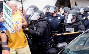 צפו: מהומה בכנס המחאה נגד טראמפ (צילום: רויטרס)