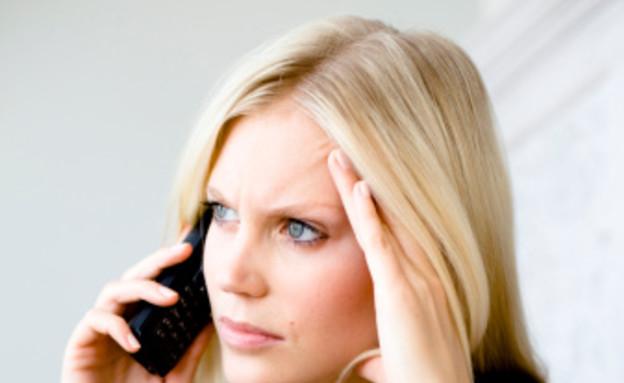 אישה מדברת בטלפון (צילום: reka, GettyImages IL)