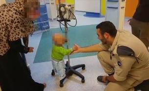 החייל התנדב עם ילד חולה סרטן מעזה (צילום: שמחה אנזל)