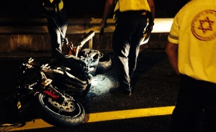 """רוכב אופנוע התנגש במשאית ונהרג (צילום: דוברות מד""""א)"""