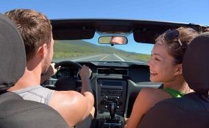 זוג בחופשה נוסע ברכב (אילוסטרציה: Shutterstock)