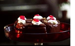 עוגת שוקולד מיניאטורית (תמונת AVI: צילום מסך, כולם אופים עכשיו)