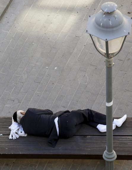 גבר דתי ישן על ספסל במרכז ירושלים (צילום: נתי שוחט, יונתן זינדל, רועי אלימה, פלאש 90)