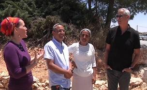 בני גנץ עם משפחות הנערים החטופים (צילום: חדשות 2)