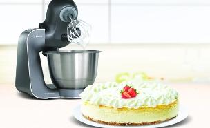 מיקסר של בוש ועוגה (צילום: ShutterStock)