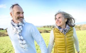 זוג מבוגר מטייל בשדה (אילוסטרציה: Shutterstock)