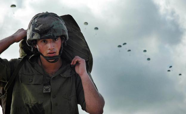 צנחן באוויר (צילום: Getty Images, GettyImages IL)