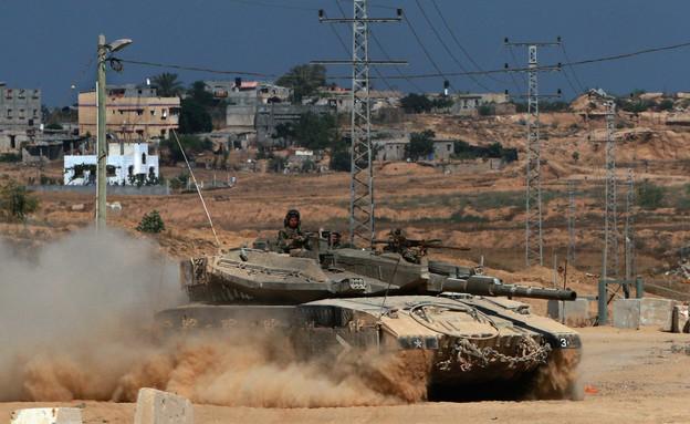טנק ברקע כפר ערבי (צילום: David Silverman, GettyImages IL)