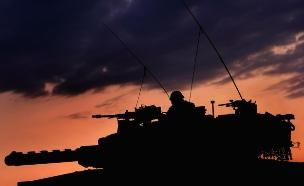 טנק ברקע עננים כתומים (צילום: David Silverman, GettyImages IL)
