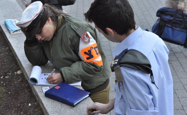 """שוטרת צבאית במבצע מלביש (צילום: נועה אליהו, עיתון """"במחנה"""")"""