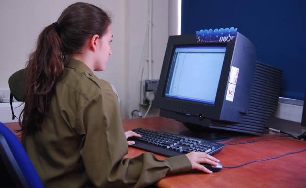 """חיילת מול מחשב דובר צהל אתר צהל (צילום: דובר צה""""ל, אתר צה""""ל)"""