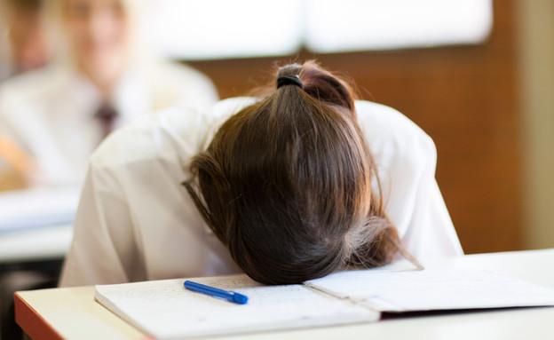 תלמידה מיואשת עם הראש על השולחן (אילוסטרציה: Shutterstock)
